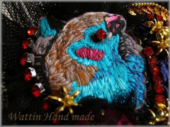 美しい鳥刺繍ブローチ青
