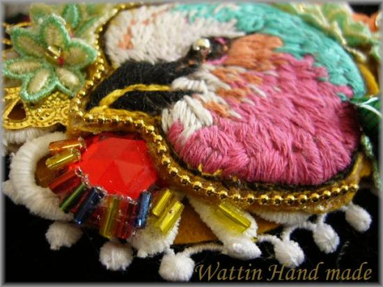 美しい鳥刺繍ブローチ